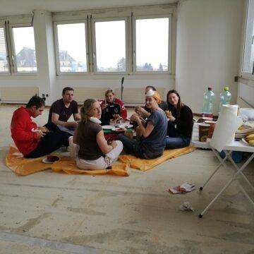 Das Team beim Picknicken im Rohbau