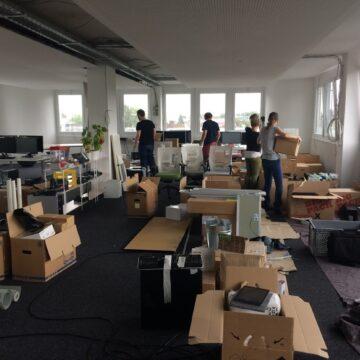 Kartons und Team im neuen Büro