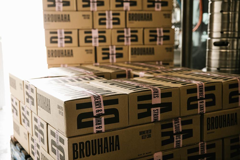 Verschiedene Boxen mit Logo aufgestapelt in einem Lager